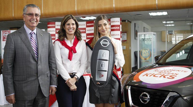 Reina de Quito recibió auto Nissan Kicks
