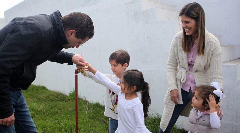 Alcalde mauricio rodas entreg obras de agua potable y for Agua potable quito