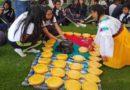 Estudiantes realizaron una 'pamba mesa' como parte del saludo a Quito
