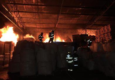 Bomberos Quito controla incendio en galpón en las calles el Juncal y de los Eucaliptos