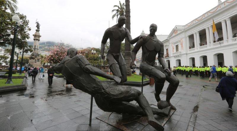 Escultura «Con amor al Deporte» luce en la Plaza de la Independencia