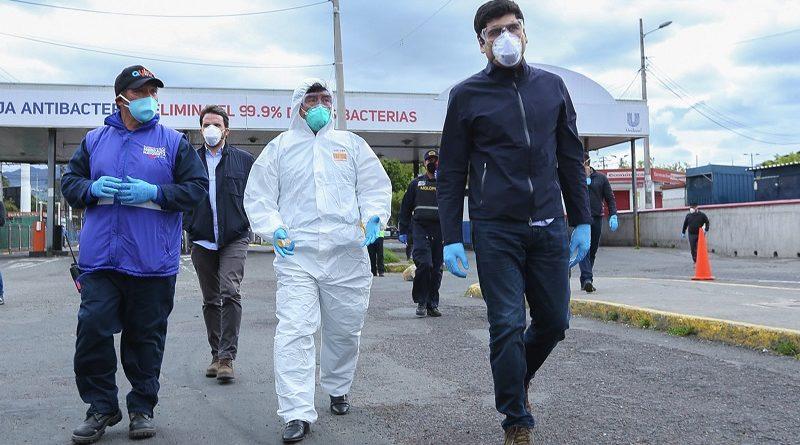 Túneles y alfombras de desinfección para los mercados de Quito